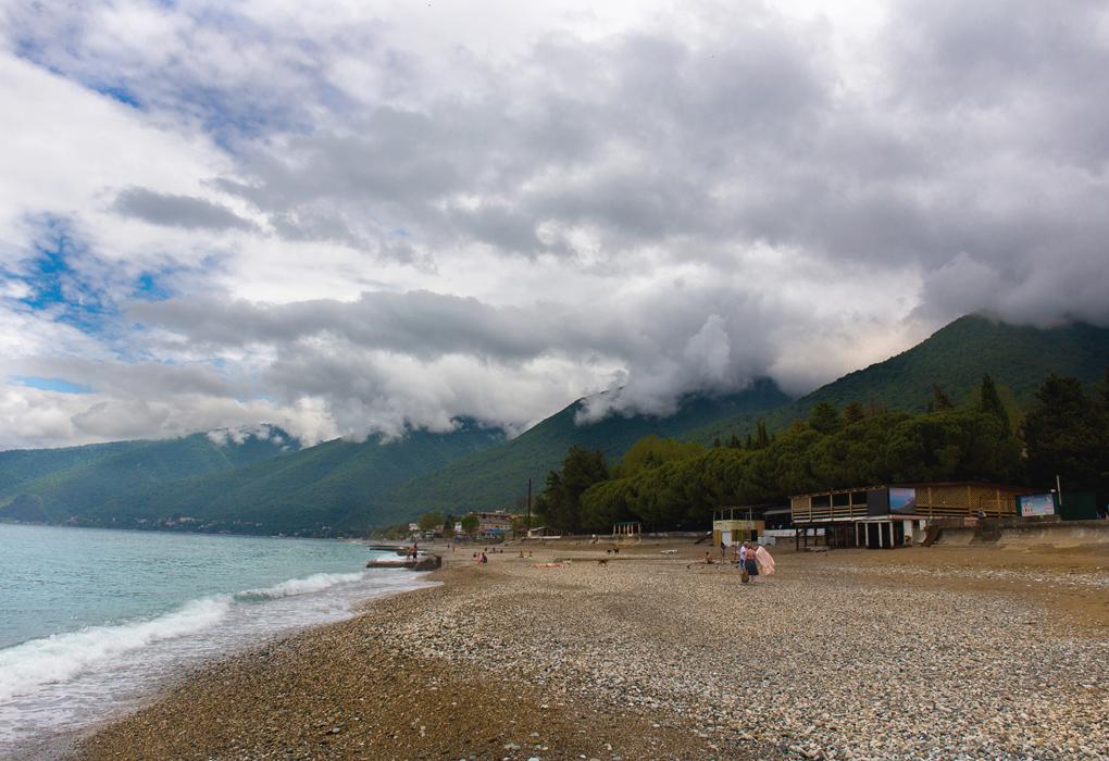 пляж возле гостиницы Лулу в новой Гагре