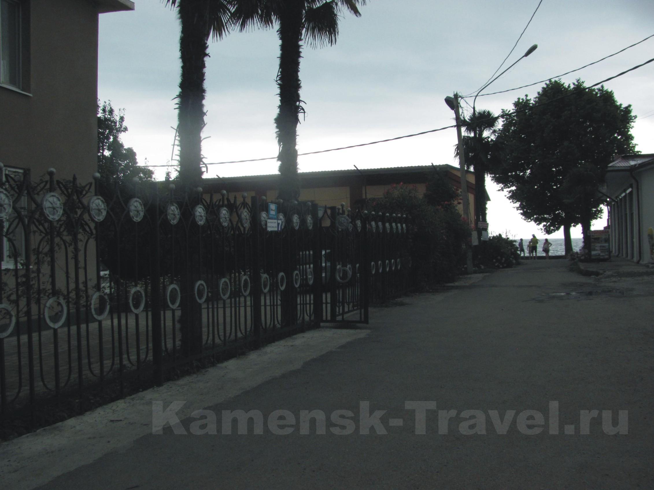 близость к пляжу гостиницы Морская в Гагре